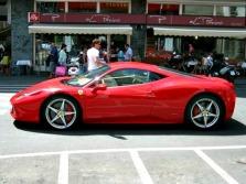 À porta da loja da Ferrari