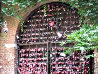 Cadeados e promessas no portão da Julieta